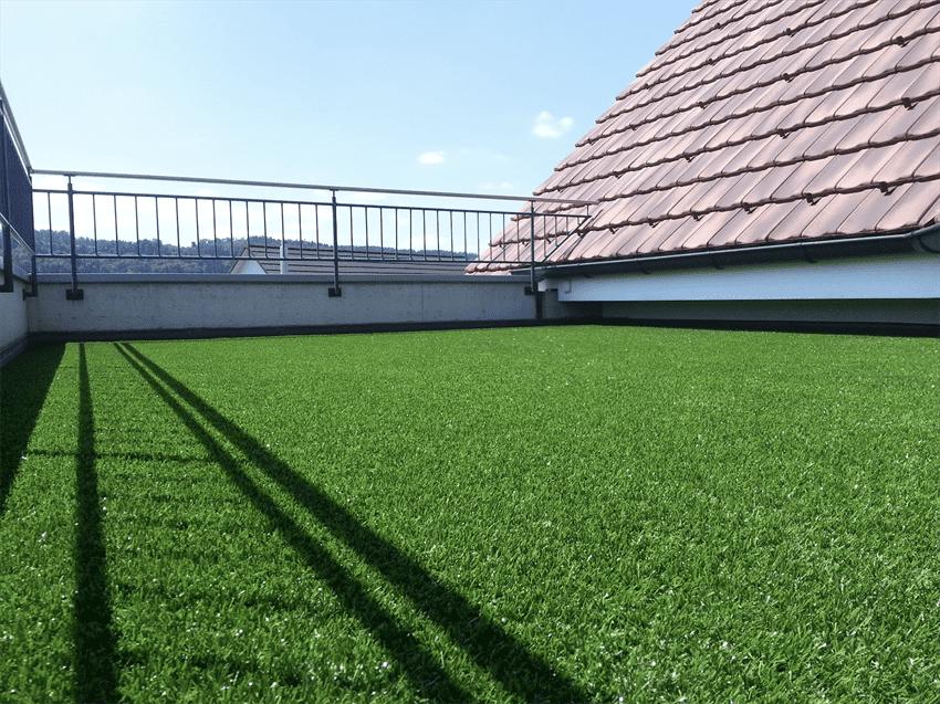 Dakterras tuin met kunstgras